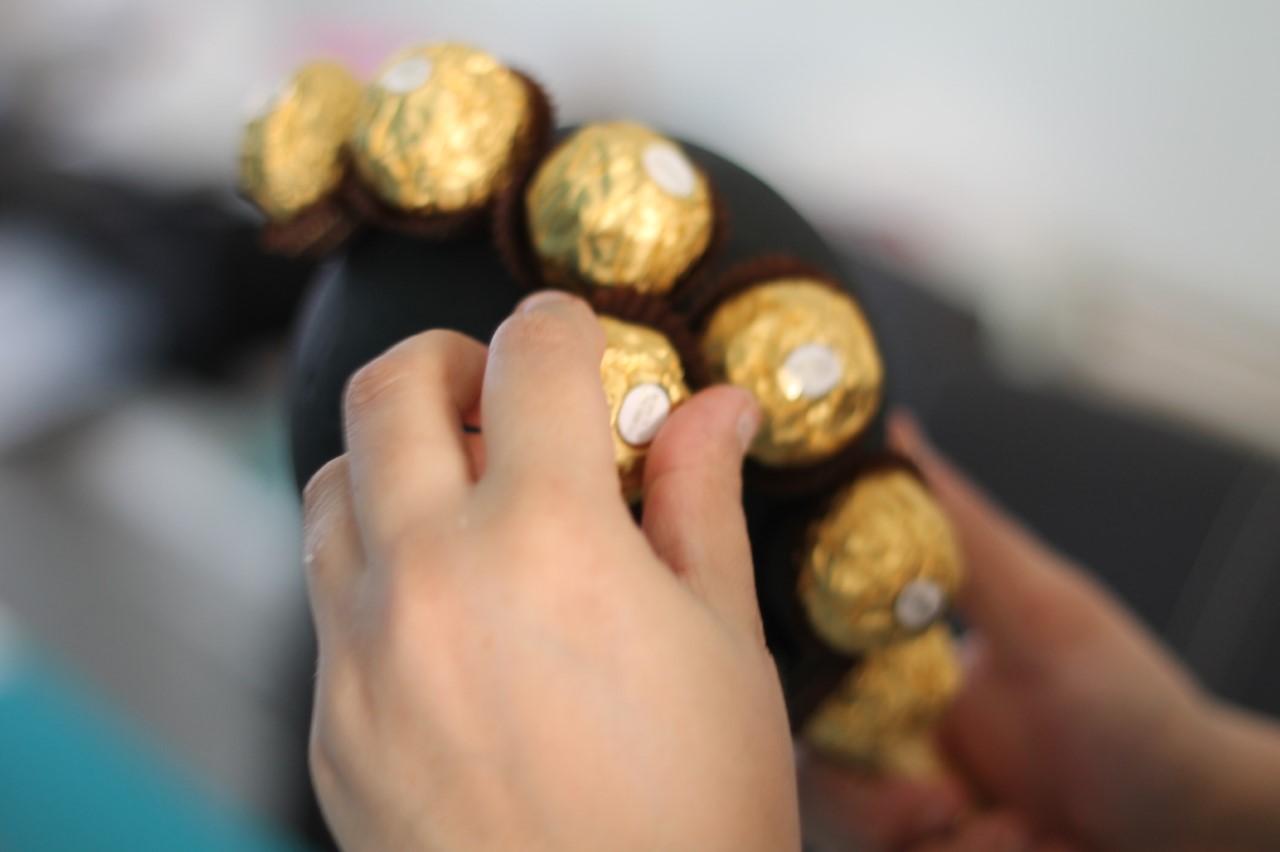 Stap voor stap uitleg om een Ferrero rocher boom maken als cadeau of centerpiece candytable. Helemaal niet moeilijk!