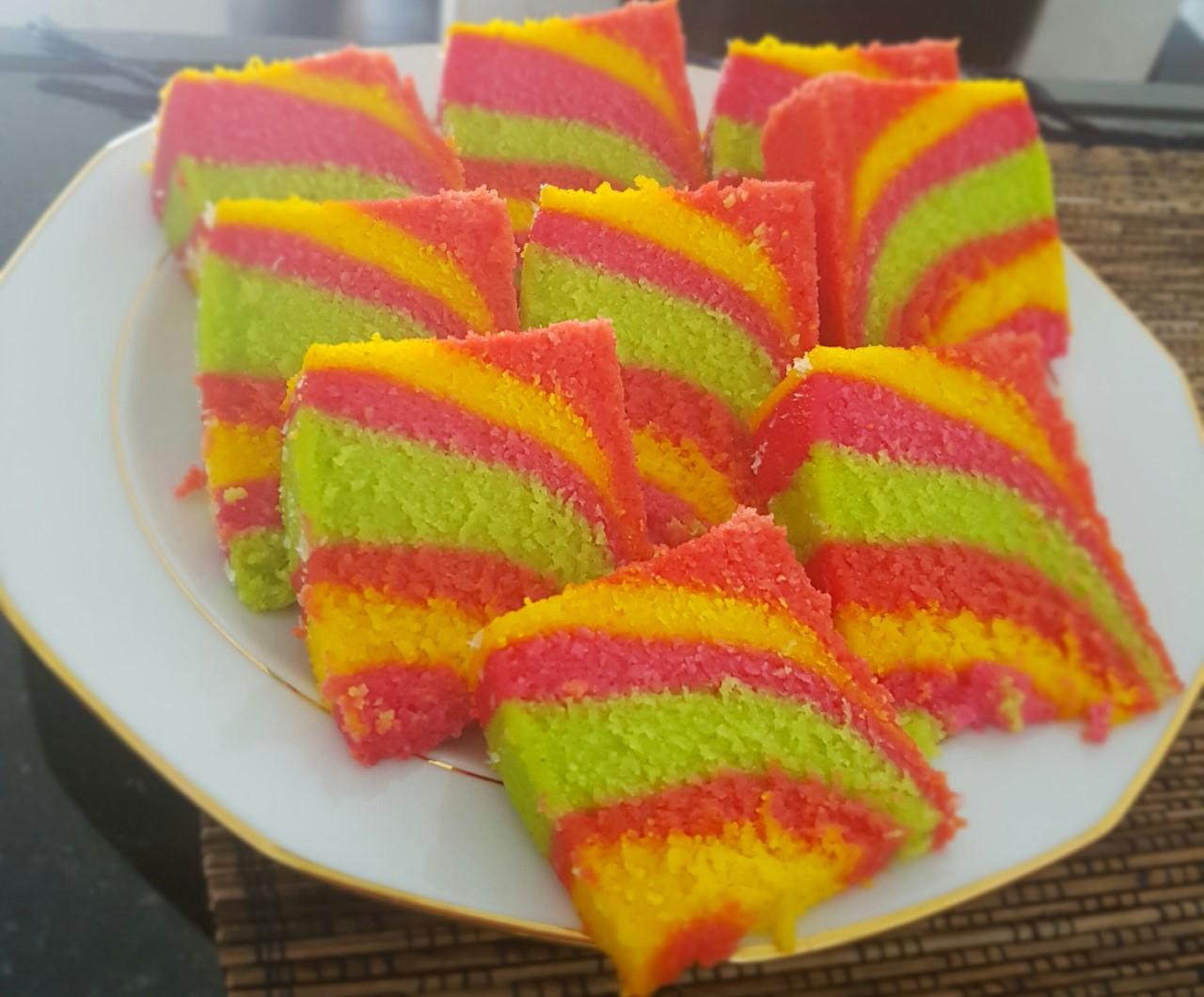 Vrolijke kleurtjes in een regenboog cake