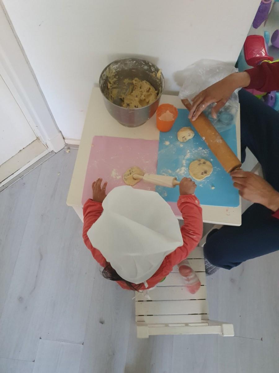 thuis zitten en koekjes bakken