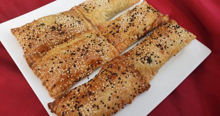 Vegetarische saucijzenbroodjes, gemaakt van bladerdeeg